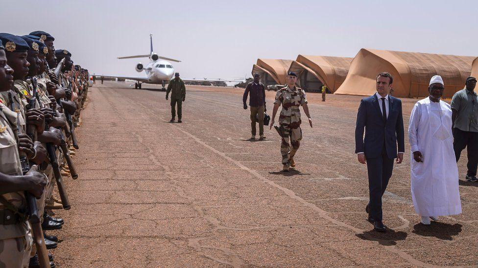 French President Emmanuel Macronand Mali's President Ibrahim Boubacar Keita with Malian soldiers