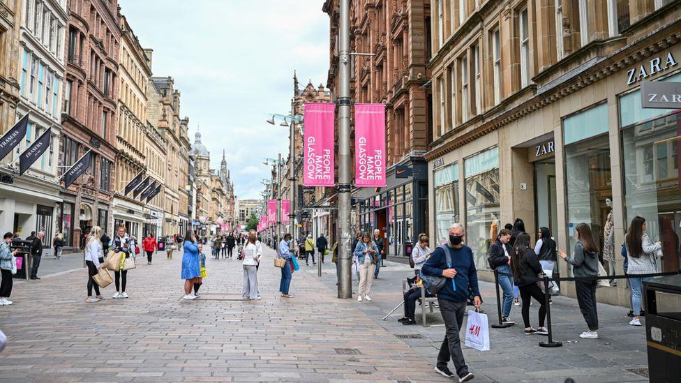 Shoppers on Buchanan St, Glasgow