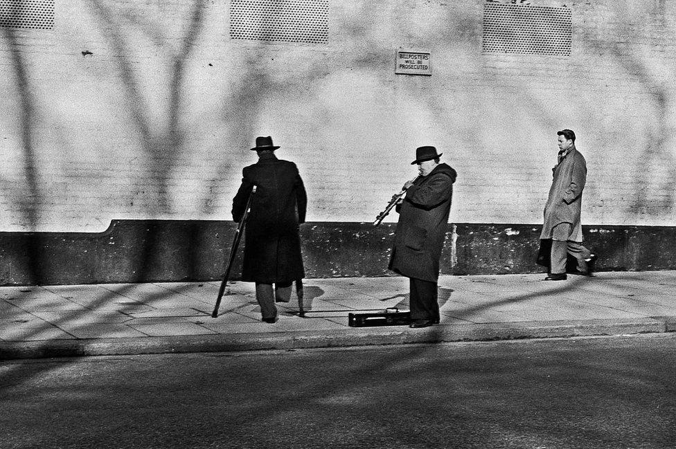 Buskers in London, 1952