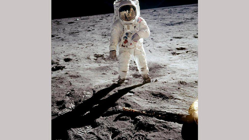 Армстронг отразился в шлеме Олдрина