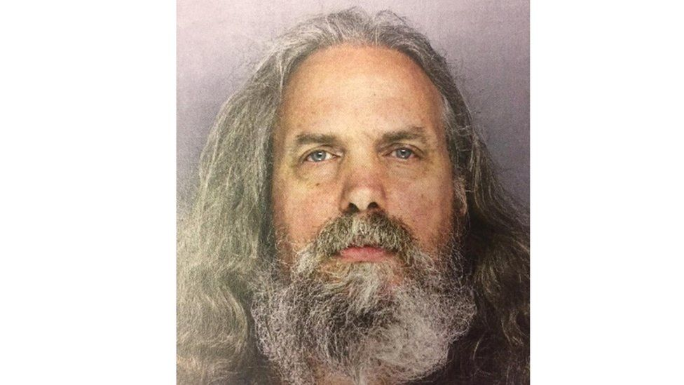 """El hombre que vivía con 12 niñas """"regaladas"""" por sus padres en EE.UU."""