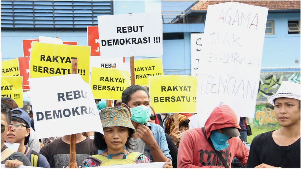 Picture of pro-LGBT protesters in Yogyakarta in 2016