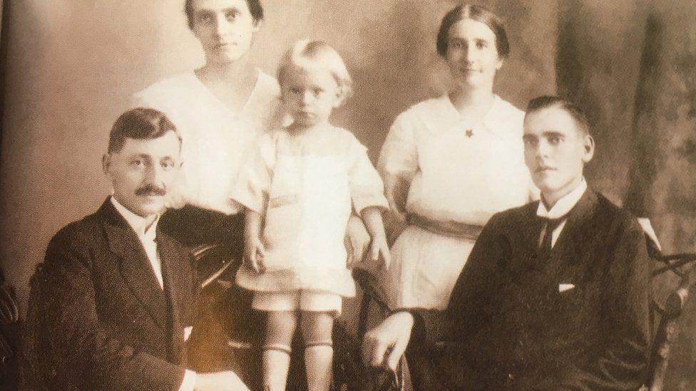 Frida e Gunnar (esq.) foram casados pelo pastor Samuel Nyström (dir.), que viveu no Brasil com a esposa, Lina (também na foto)