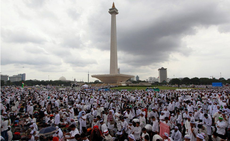 Indonesian Muslims gather at Jakarta's National Monument for a prayer against Jakarta's governor. 2 December 2016.
