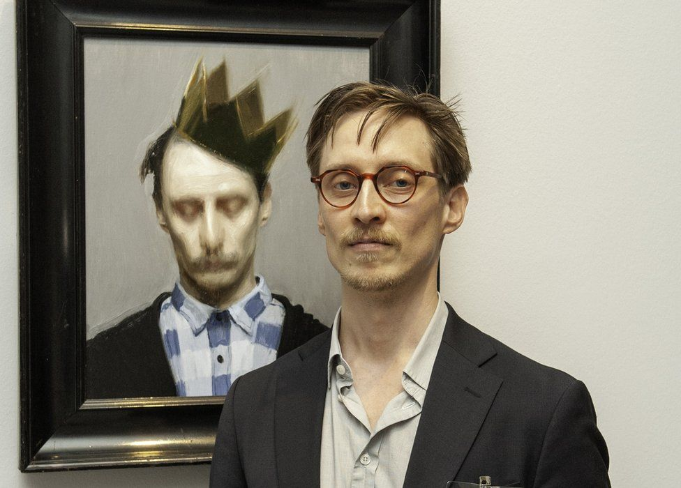 Carl-Martin Sandvold with his portrait The Crown