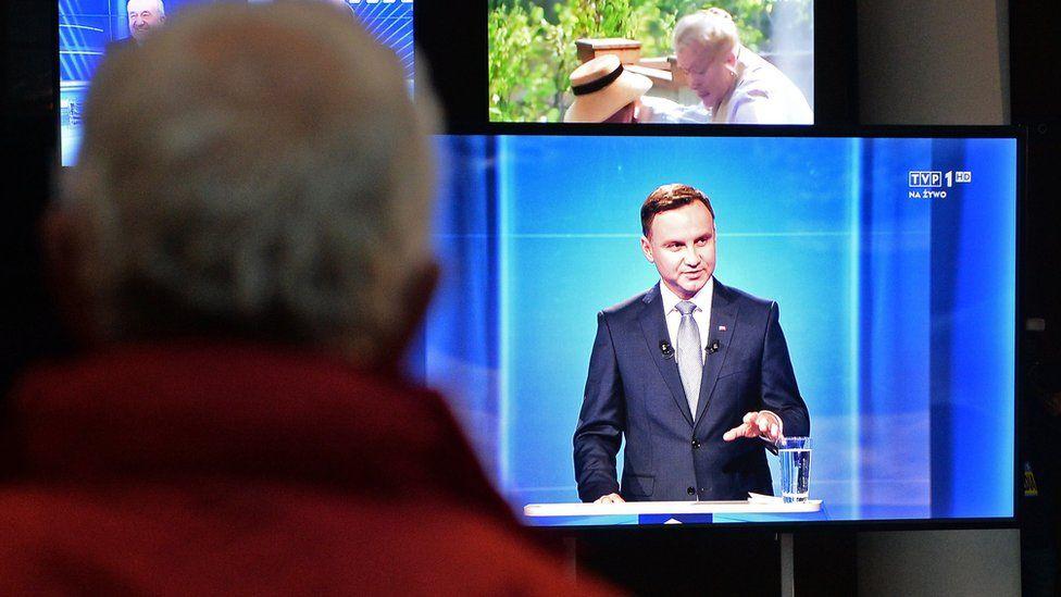 Andrzej Duda (on TV screen) during presidential debate in May 2015