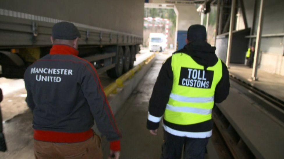 Lorry driver and customs officer at Svinesund