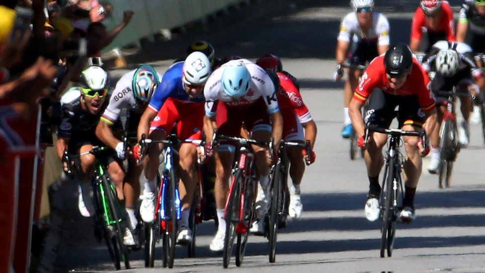 Mark Cavendish and other riders colliding