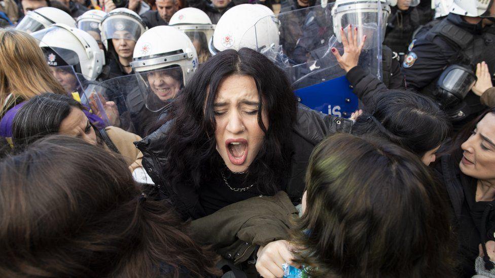 """""""Un violador en tu camino"""" de Las Tesis: la policía en Turquía reprime una representación del himno feminista chileno que le ha dado la vuelta al mundo"""