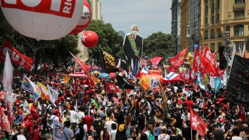 Brazil Bolsonaro: Thousands protest calling for president's removal thumbnail
