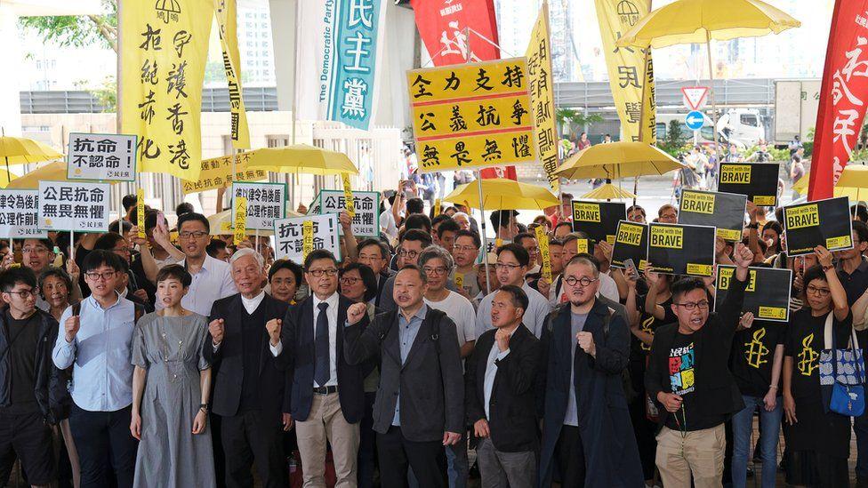 法院外聚集了大批占中三子和另外同样因为占中被控的六人的支持者。