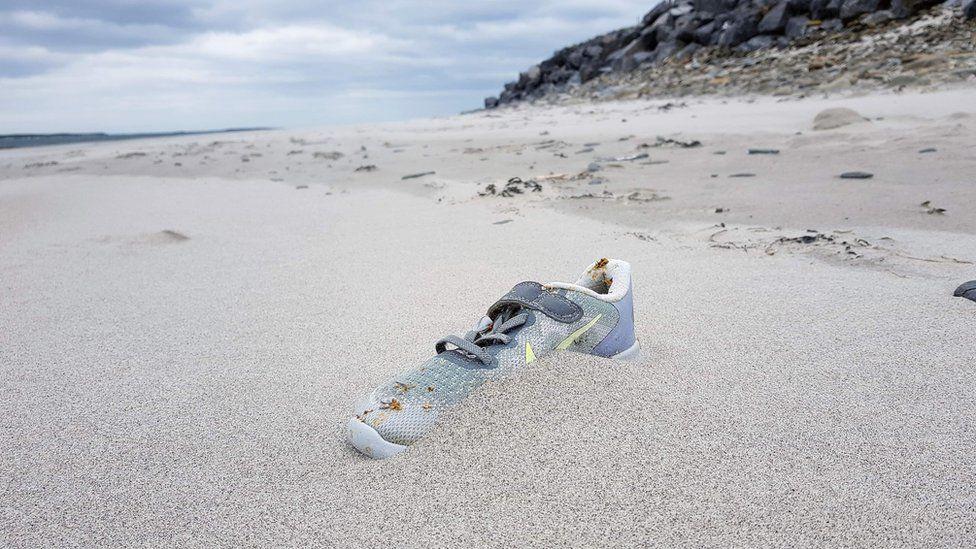 O mistério dos tênis Nike surgindo em praias da Europa e do Caribe