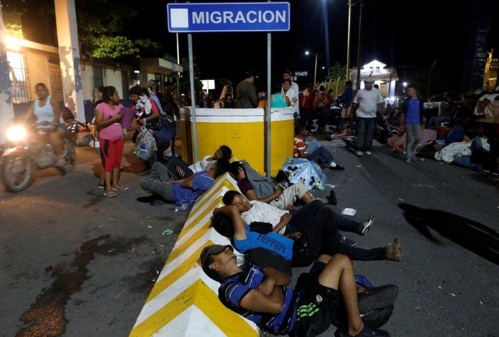 [Imagem: _103939559_migrantsrest.jpg]
