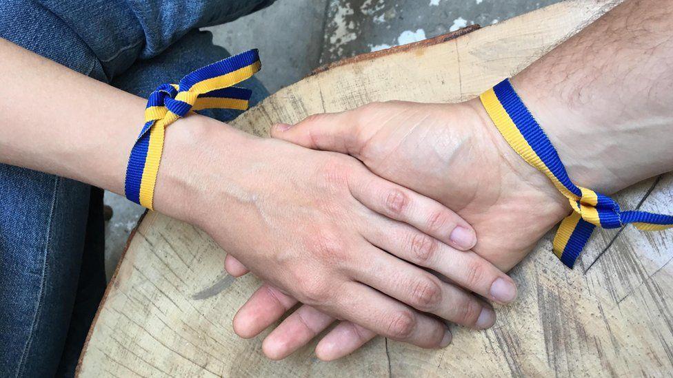 Браслети на руках у національних кольорах