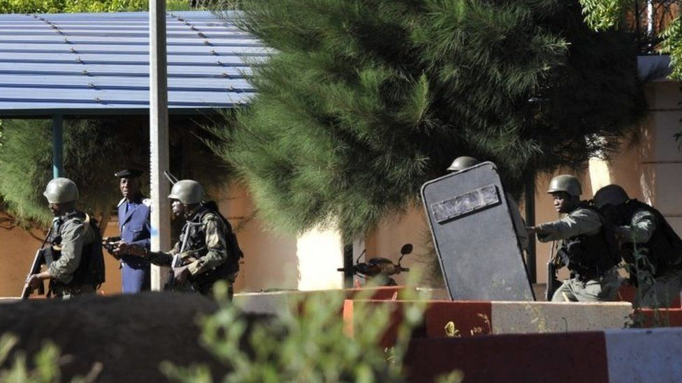 Malian troops take up positions outside the Radisson Blu hotel in Bamako on 20 November 2015