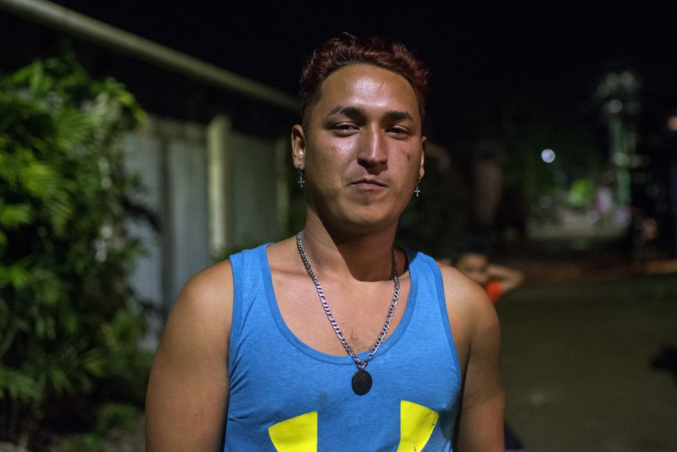 Josué is under pressure to join the gangs operating in his poor neighbourhood and wants out of Honduras.