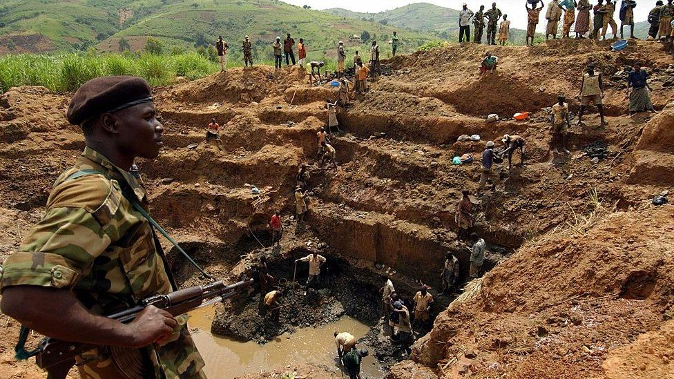 A UPC fighter controls workers at the gold mine in Iga Barriere, in Ituri region, north-east of the Democratic Republic of Congo - June 2003