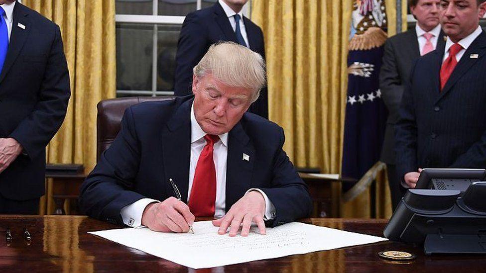 O que diz quem apoia ordem de Trump para barrar entrada de cidadãos de 7 países nos EUA
