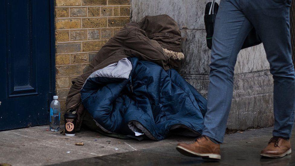 """إعلانات على الإنترنت في بريطانيا تعرض """"السكن مقابل الجنس"""""""