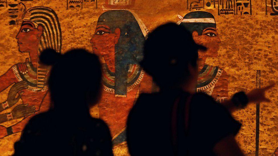 Відвідувачі та настінні малюнки