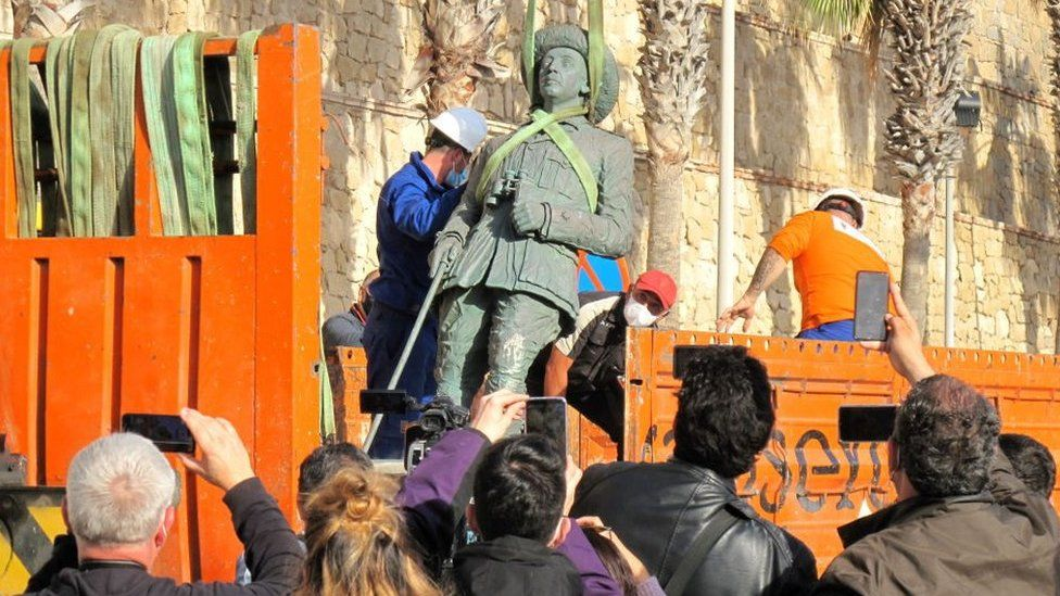 Workers remove Franco's statue in Melilla on 23 February 2021