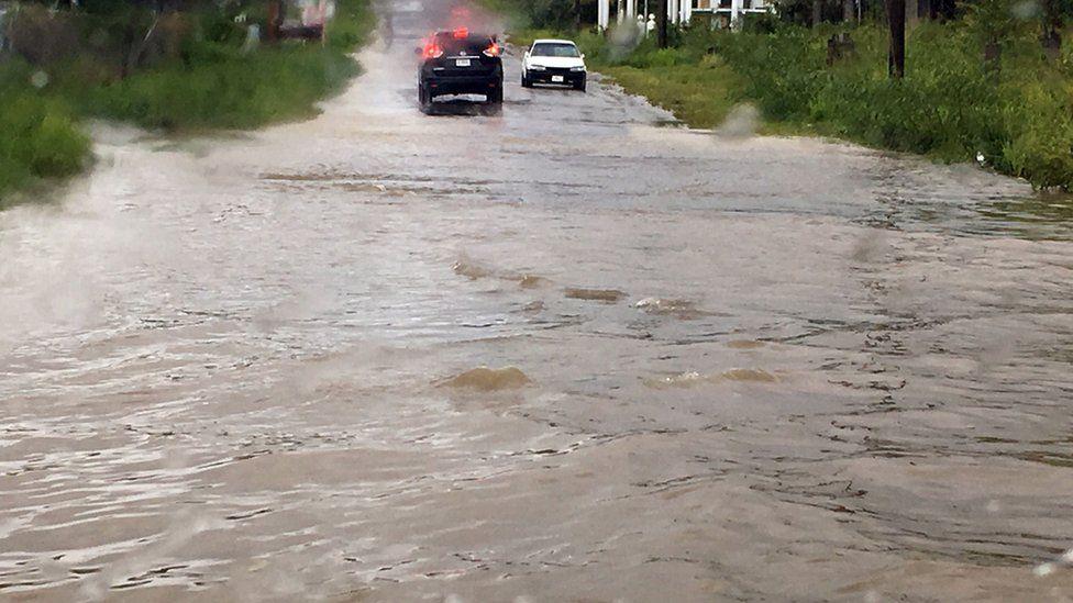 St John Adası'nda sel nedeniyle araçlar yollarda kaldı.