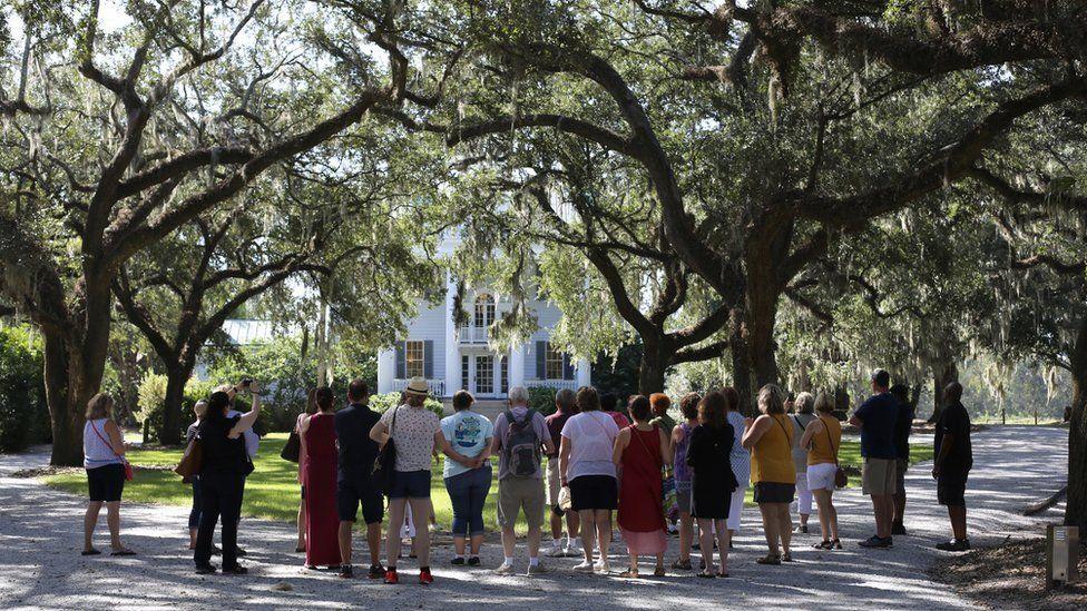 Turistas en un tour a pie en una plantación en Estados Unidos