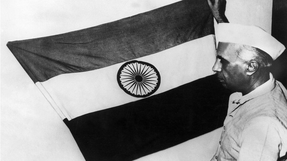 The vice President of India, Pandit Jawaharlal NEHRU, presenting the national flag of India during a meeting of the constituent assembly on July 30, 1947