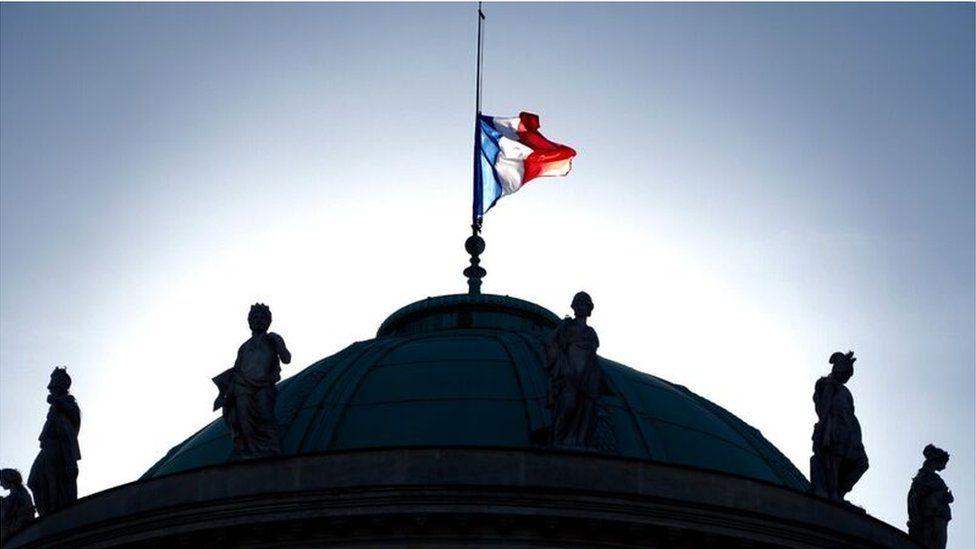 Y 'Tricolore' ar hanner mast ar do'r Musée d'Orsay ym Mharis