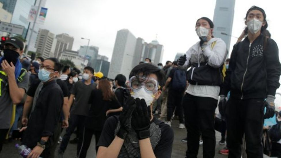 Nhiều người biểu tình đeo mặt nạ để chống hơi cay từ cảnh sát