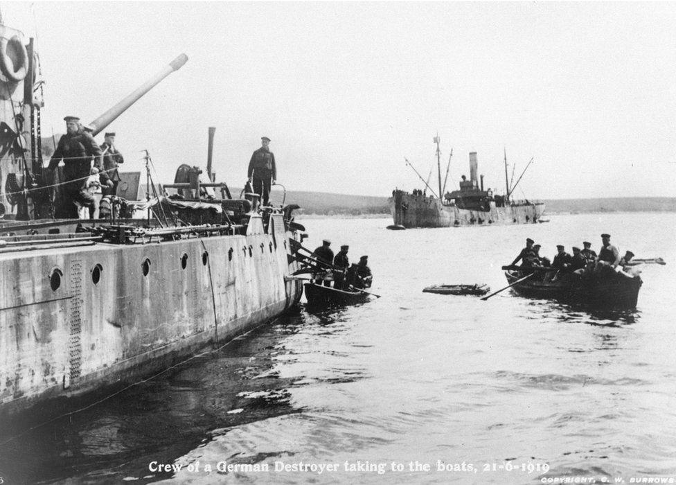 Marinos alemanes abandonando uno de sus barcos.