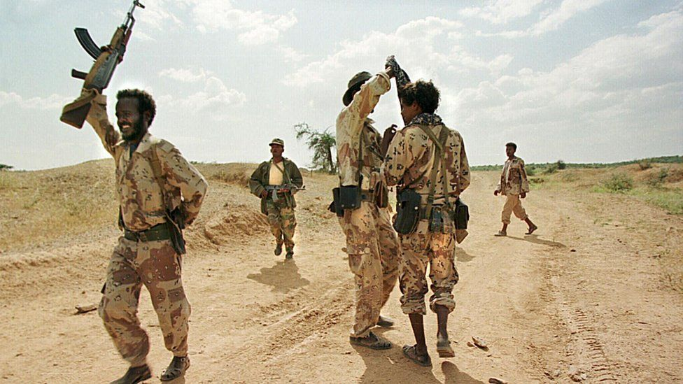 Eritrean soldiers pictured 22 September 1999 during training at the Tsorona front line, south of Asmara
