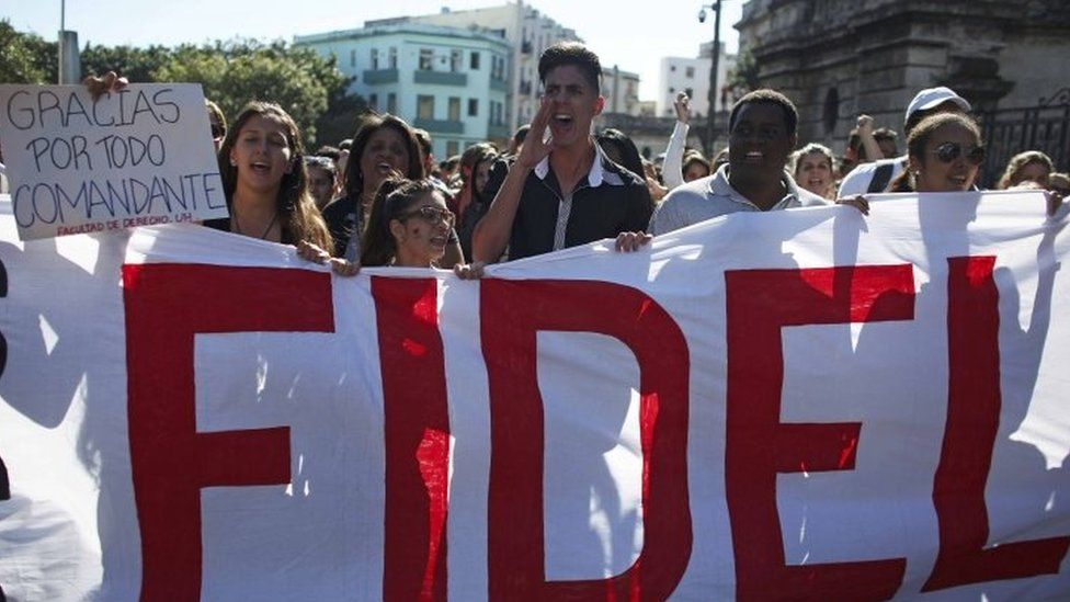 Students of Havana University pay tribute to late President Fidel Castro as they march to Revolution Square in Havana (28 November 2016)