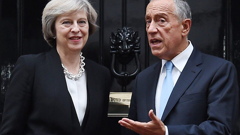 British Prime Minister Theresa May (L) welcomes Portuguese President Marcelo Rebelo de Sousa (R)