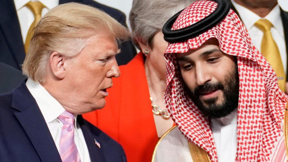 US President Donald Trump speaks with Saudi Arabia's Crown Prince Mohammed bin Salman during a photo session at the G20 summit in Osaka, Japan (28 June 2019)