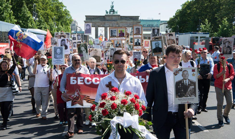 """Members of the initiative the """"Immortal Regiment"""" walk along Strasse des 17. Juni to the Russian monument in Berlin, Germany, 09 May 2016"""