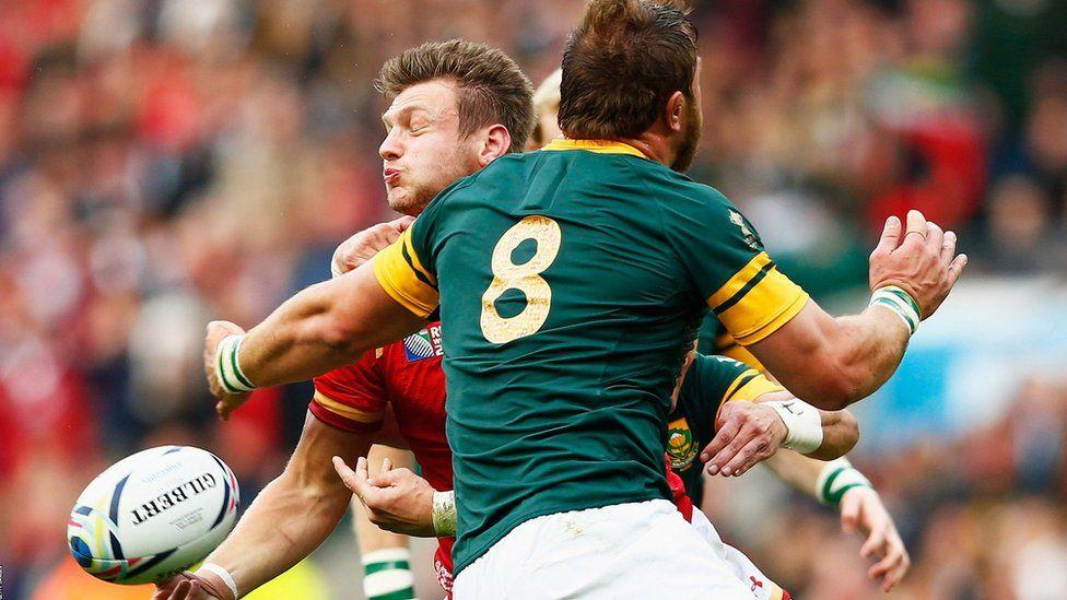 Dan Biggar tackled by Duane Vermeulen