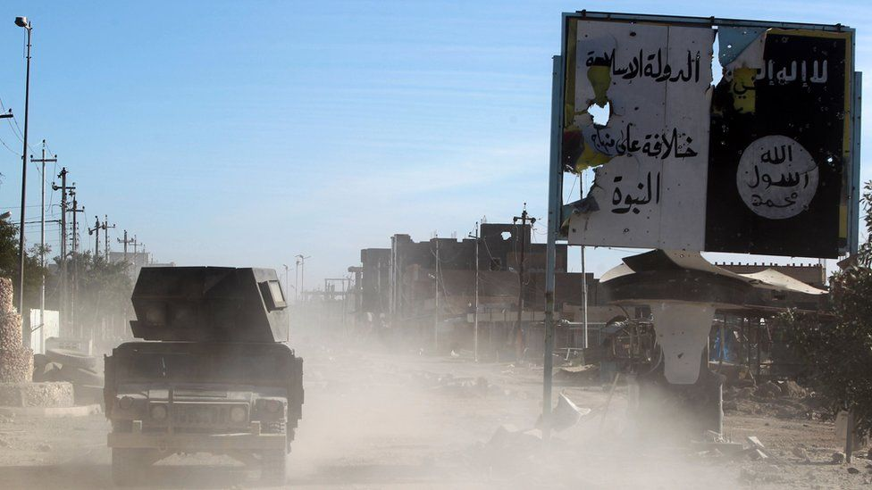 Iraqi Counter-Terrorism Service forces drive through the Tamim district of Ramadi (9 December 2015)