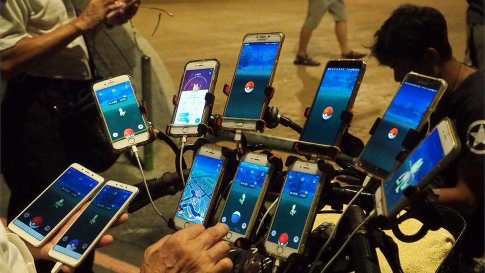 Chen San-yuan's Pokemon Go set up on his bicycle, using 11 smart phones charged with battery packs