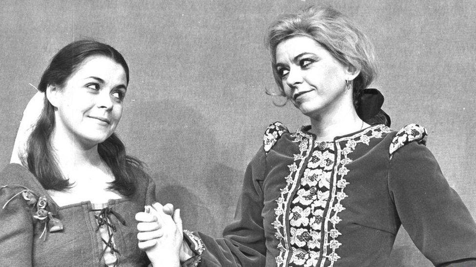 1977 Jac y Jyngl: Nia Ceidiog a Valmai Jones fel Hawys a Hywel