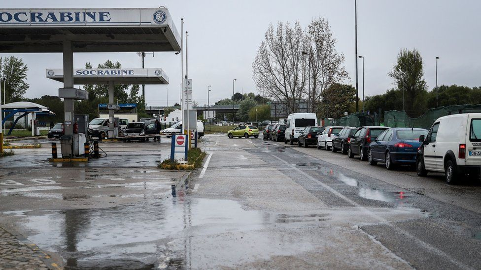 Cars queue at a gas station on April 17, 2019 in Seixal, in the outskirts of Lisbon