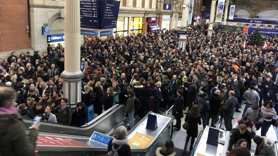 Crowds at Victoria statino