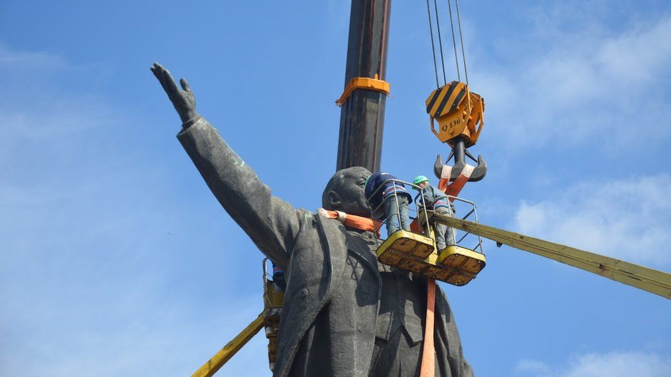 Monument being dismantled