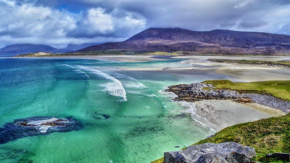 FEATHER BY THE SEA _109421160_isleofharris