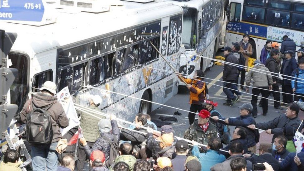 Protester hit police vans in Seoul (10 March 2017)