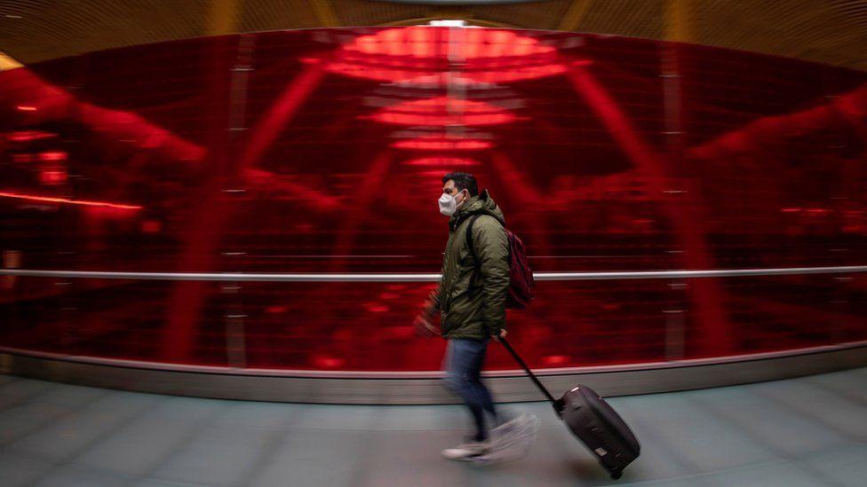 Un pasajero en el aeropuerto Adolfo Suarez Barajas de Madrid