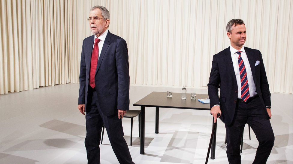 Norbert Hofer (R) and Alexander Van der Bellen ahead of a television debate in Vienna, Austria (15 May, 2016)