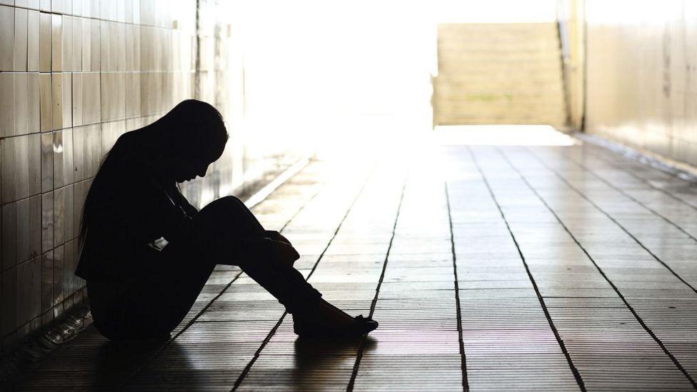 中國每年約25萬的自殺人群中一半以上是抑鬱症患者,幾乎每20秒就有一人因抑鬱症自殺。