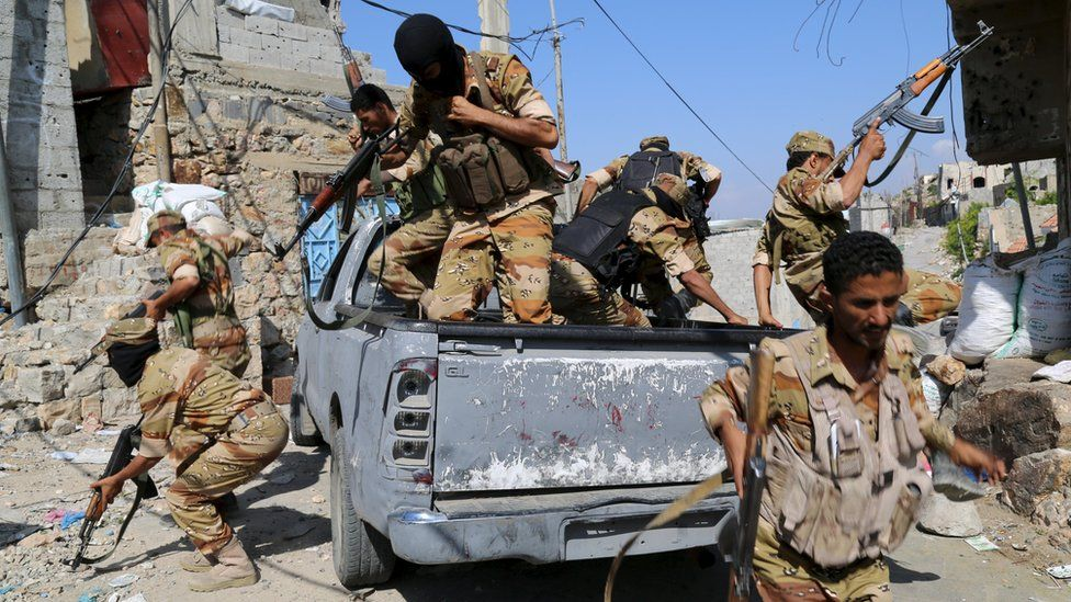 Soldiers loyal to Yemen's government jump off a pick-up truck during an exercise in the city of Taiz (13 December 2015)