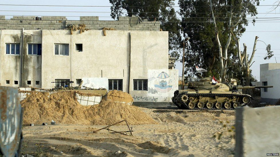 An Egyptian army tank stationed outside a school in Sheikh Zuweid, in the Sinai peninsula (25 May 2015)